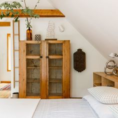 white and wood bedroom with vase holding cut leaves Scandinavian Cottage, Scandinavian Style, Modern Home Interior Design, Kitchen Interior, Decoration Bedroom, Home Decor Bedroom, Bedroom Ideas, Antique Kitchen Cabinets, Vintage Kitchen Decor