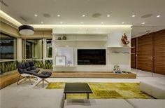 Design contemporâneo com painéis de madeira, jardim vertical, toques divertidos e coloridos.