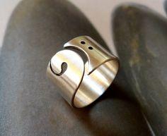 Bassleutel ring, zilver brede band, geschenk voor de muziekliefhebber, muzikanten ring, als cadeau voor muzikanten, blass clef sieraden, basgitaar, muziek sieraden