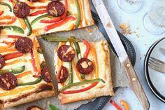 Verwen jezelf en alle gelukkigen om je heen vanavond met deze kleurrijke, makkelijkeplaattaart! De bodem vanbladerdeeghebben we belegd met chorizo, ricott Chorizo, I Love Food, A Food, My Recipes, Recipies, Ricotta, Vegetable Pizza, Smoothies, Dinner