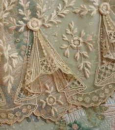 Antique Tulle Swag Lace Trim with Raised Flower Pattern . from a French Doll's Dress . Motif Vintage, Vintage Lace, Vintage Patterns, Dress Vintage, Vintage Fabrics, Vintage Style, Vintage Music, Vintage Diy, Wedding Vintage