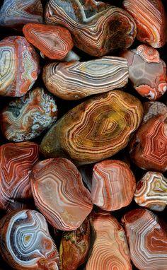 Bij deze stenen is de kern van elke steen te zien. Elke laag is zichtbaar. Prachtige kleuren en prachtige stenen.