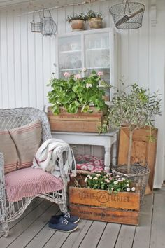 lovely & cosy, love the hanging fil de fer baskets!