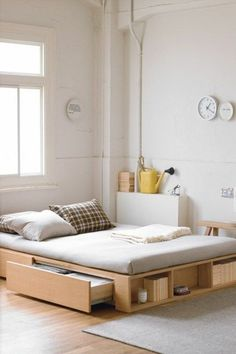 jolie chambre adulte avec lit adulte pas cher en bois clair, tapis beige