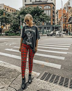 30 looks para quem ama calça xadrez - Guita Moda. T-shirt de banda preta, calça tartan vermelha, ankle boot Grunge Outfits, Hipster Style Outfits, Hipster Fashion, Edgy Outfits, Dress Outfits, Fall Outfits, Cute Outfits, Fashion Outfits, Outfit Pantalon Rojo