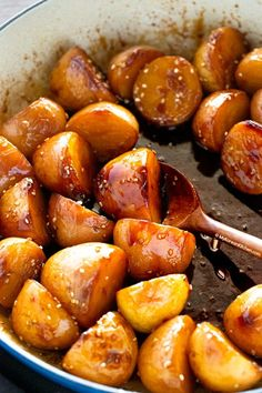 Baby potatoes are roasted then simmered in sweet and salty brine. It's delicious Korean potato side dish! Korean Potato Side Dish, Korean Sweet Potato, Korean Side Dishes, Japanese Sweet Potato, South Korean Food, Korean Street Food, Potato Sides, Potato Side Dishes, Easy Korean Recipes
