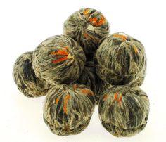 Pięknie rozwijający się kwiat w filiżance - zielona herbata