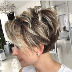 Pixie Cut With Bangs, Blonde Pixie Cuts, Short Hair With Layers, Short Hair Cuts For Women, Short Stacked Hair, Short Choppy Hair, Curly Pixie Hairstyles, Haircuts For Fine Hair, Short Pixie Haircuts