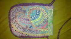Bolso hecho con un vaquero reciclado y bordado con motivo arabesco en colores