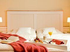 Unsere 26 modernisierten Zimmer sind geschmackvoll und hell eingerichtet. Bed, Table, Furniture, Home Decor, Single Bedroom, Decoration Home, Stream Bed, Room Decor, Tables