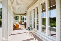 Terassin lasitettu nurkkaus on sisustettu maalaisromanttiseen tyyliin.