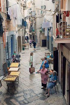 Neapel. Das Leben findet auf der Straße statt.