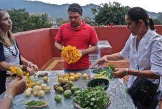"""""""Con tus manos con mi guía"""" significa que TODOS cocinan, aqui nuestro amigo Polaco aprendiendo los secretos de los Mexicas!"""
