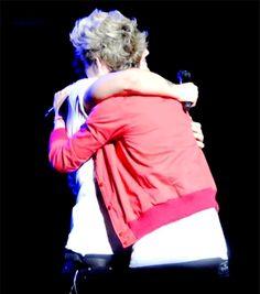 Louis & Niall hugging last night ♥♥♥