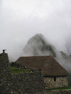 Machu Pichu en las alturas de los andes peruanos...nubes...rastros de una gran civilización