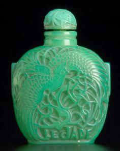 "LALIQUE Perfume bottle for Roger et Gallet ""Le Jade"" in opalescent green glass with molded labeling, yellow ochre Lalique Perfume Bottle, Antique Perfume Bottles, Vintage Perfume Bottles, Perfume Tray, Art Nouveau, Art Deco, Bottles And Jars, Glass Bottles, Le Jade"