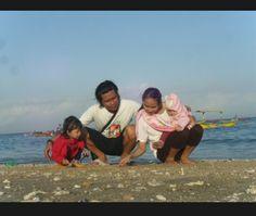 Foto kiriman Adis Tya. Saat akhir pekan Tiba kami luangkan waktu bersama sekedar jalan2 pagi dipinggir pantai Sambil melukis.  #FotoKeluargaEMCO