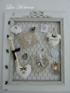 Creative Arts And Crafts, Diy And Crafts, Porte Diy, Chicken Wire Crafts, Disney Diy Crafts, Decoration Vitrine, Flea Market Decorating, Shabby Chic Crafts, Decorating With Pictures