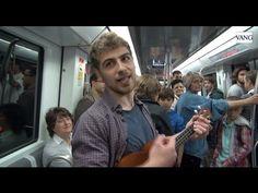El joven periodista Enzo tomó la decisión de interpretar su currículum con un ukelele para encontrar un empleo ante la falta de oportunidades laborales