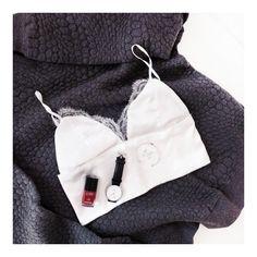 Flatlay-sweat-pull-gris-One-Piece-Bralette-dentelle-blanche-DIY