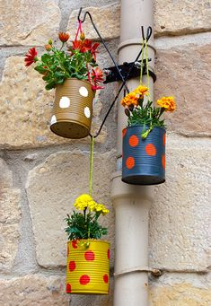 Vasos feitos com latinhas reutilizadas.                                                                                                                                                                                 Mais