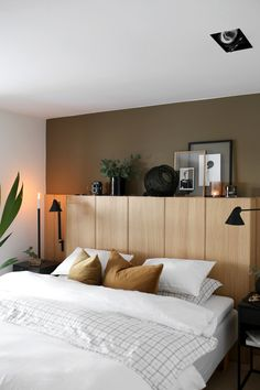 IKEA Bedroom Ideas Perfect for Small Spaces Cabinets behind bed on sliders. Cabinets on legs for height.Cabinets behind bed on sliders. Cabinets on legs for height. Contemporary Bedroom, Modern Bedroom, Master Bedroom, Master Suite, Bedroom Bed, Bedroom Black, Royal Bedroom, Master Master, Bedroom Ceiling