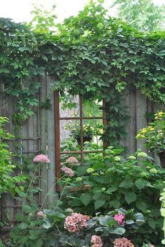 Mirror in the garden -Så blir trädgården ett spännande uterum – detaljen som skapar magi | Sköna hem