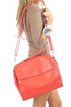 This is our new color bag obsession, it has a perfect size and an extra handle to wear it off the shoulder. Editors Pick! Orange Handbag, Orange Purse, Stella Bag, You Bag, Purses And Bags, Street Style, How To Wear, Clothes, Outfits