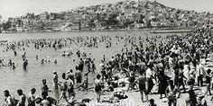 """""""Πρωτοφανής κοσμοσυρροή εις την παραλίαν του Νέου Φαλήρου σήμερον την μεσημβρίαν δια να δροσισθή ολίγον και να ξεφύγη τον καύσωνα του Ιουλίου"""" γράφει η λεζάντα της εφημερίδας του 1965"""