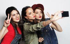 swag+girls%3A+Trzy+modne+seksowne+dziewczyny+hipster+Najlepsi+przyjaciele+bior%C4%85cy+Selfie+z+telefonu+kom%C3%B3rkowego
