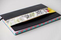 Pennenhouder voor op je notitieboekje met elastiek zelf maken Continental Wallet, Diys, School, Accessories, Bricolage, Do It Yourself, Homemade, Diy, Jewelry Accessories
