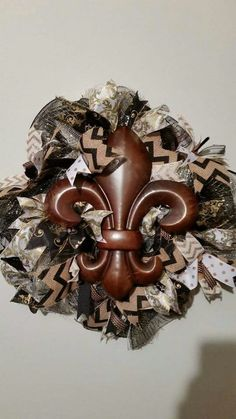 Gorgeous fleur-de-lis mesh ruffle wreath. Order yours today! Www.facebook.com/vineontheporch.