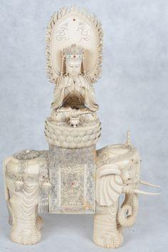 Grupo escultórico de marfim chinês do Séc. XIX representando figura de KUAN YIN, enfatizada pelo esp