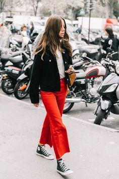 Calça vermelha: saiba como estilizar esta peça cool. Jaqueta preta, t-shirt branca, calça cropped flare, tênis all star preto