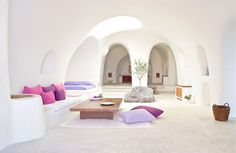 Not sure, where to stay in Santorini? Check these 10 stunning hotels and find the best place to stay in Santorini for your romantic getaway! Santorini Hotels, Mykonos, Santorini Greece, Santorini Island, Santorini House, Santorini Honeymoon, Greece Honeymoon, Interior And Exterior, Interior Design