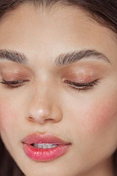 Beautiful makeup requires the perfect make-up foundation. Foundation creates a blank canvas on the face to which colors is added: eye shadow, blush & lipstick. Natural Eyebrows, Natural Makeup, Arched Eyebrows, Makeup Blog, Makeup Inspo, Makeup Ideas, Makeup Tutorials, Beauty Make-up, Beauty Hacks