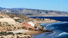 """Kustbaan 20km ten Noorden van Agadir  tussen Tamri en Taghazout. Foto toont """"Residence La Source"""" en daarachter de bekende surfpoint """"La Madrague"""" of Anchor Point. In de verte zie je het dorpje Tamraght."""