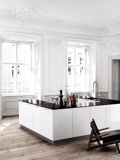 Cocina en U Blanco Brillo con Mármol Negro presentada como una isla. ¡Fantástica para espacios amplios!
