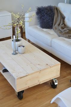 Love the modern industrial look of this! The post simple coffee table design! Love the modern industrial look of this! Simple Coffee Table, Coffee Table Plans, Coffee Table Design, Coffee Table Wheels, Coffee Table Inspiration, Coffee Ideas, Diy Zimmer, Diy Casa, Decorating Coffee Tables