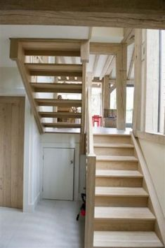 Having a split-level staircase with open risers connects two levels of house and keeps hall open and light
