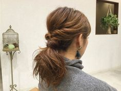 髪が長い方はネックラインがもたついてダウンスタイルがイマイチ決まらないってときないですか?そんなときのヘアアレンジはポニーテールがオススメです。ポニーテールは、アレンジ次第でいろんな雰囲気になります。 こなれ感を出すためにルーズにアレンジするのがポイントです。