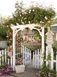 Söt rosenpergola till en cottage garden