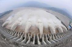 Zapora Trzech Przełomów w Hubei na rzece Jangcy po powodziach w Chinach.