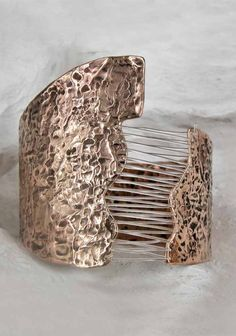 It's made using the technique of lost wax with bronze casting.The elements are connected by nylon threads that give the feeling of light tension. Wow!