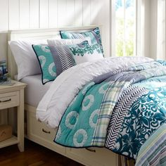 Boho chic bedding, a perfect way to brighten up a dorm room! #bedroom #dorm #bedding #bohemian