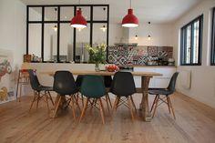 Navy, wood, patterns & pops of red . Location vacances maison Ars en Ré