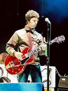 Noel Gallagher recently had an ugly fight with his brother Liam Gallagher, bad enough for him to decide to leave the band Oasis. Read what N. Alternative Metal, Noel Gallagher, Nu Metal, Pop Rocks, Oasis Brothers, Liam And Noel, Gibson Es 335, Grunge, Punk