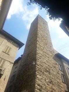 """Torre del Gombito, Bergamo. Edificata nel XII secolo, non prese mai il nome delle varie famiglie che nel tempo ne divennero proprietarie.. E' la più alta della città, in stile romanico. La denominazione, dal latino """" compitum """", cioè incrocio, nel dialetto bergamasco assume il significato di """" gomito """"."""