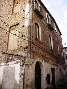 Zona dietro alla Chiesa Matrice, antiche case di pietruccia e calce