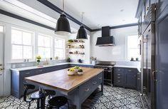 cuisine fonctionnelle équipée gris anthracite avec sol carrelage mosaique